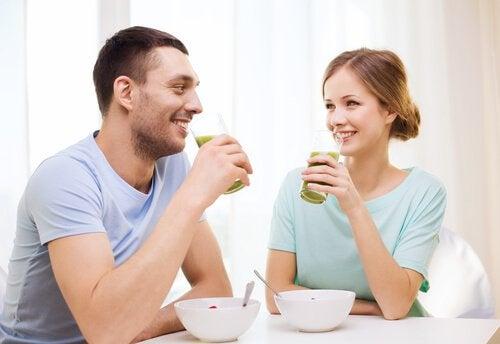 пара за сніданком п'є смузі з огірка