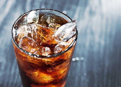 напій в склянці з льодом