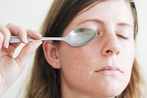 ложка допоможе прибрати мішки під очима