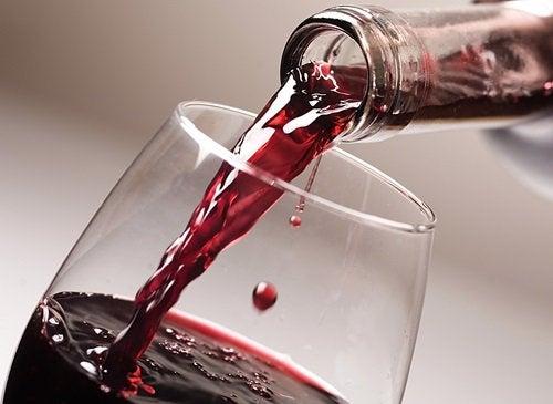 червоне вино наливається у келих