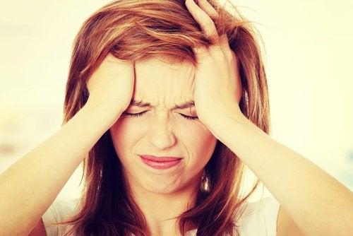у жінки головний біль