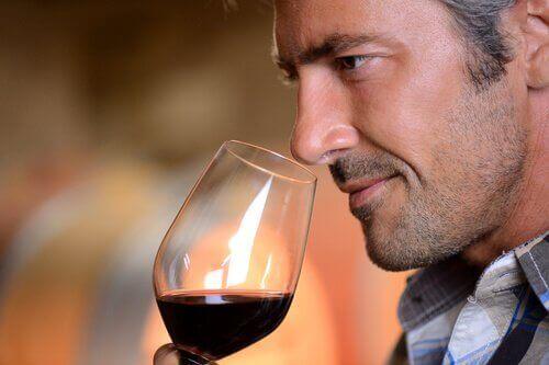 чоловік насолоджується вином