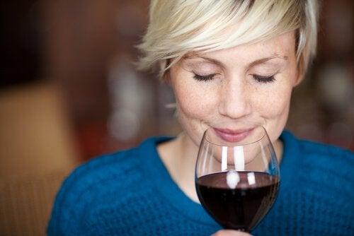 жінка насолоджується вином