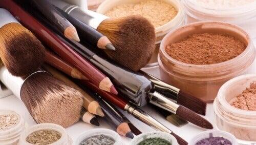 Обережно! 10 косметичних засобів, якими ніколи не вартоділитися