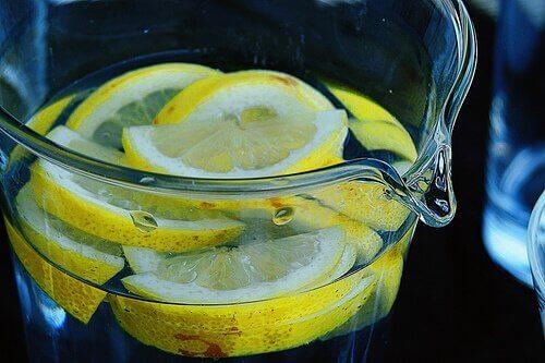 вода з лимоном для лікування мигдалин