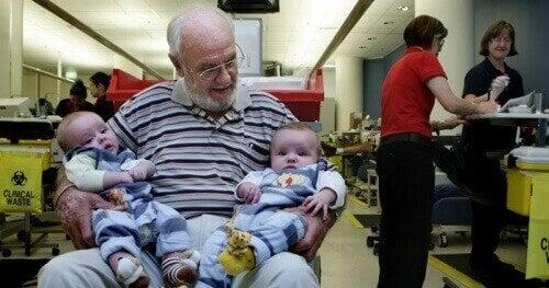 Чоловік рятує життя мільйонів дітей своєю кров'ю