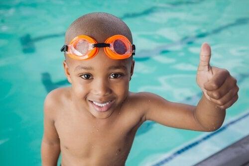 хлопчик в басейні