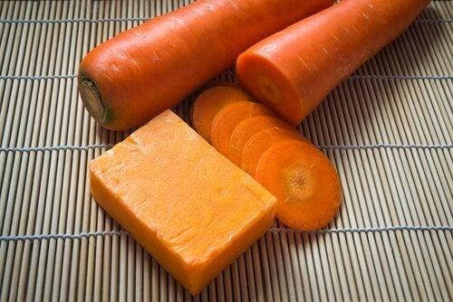 Домашнє морквяне мило для красивої шкіри