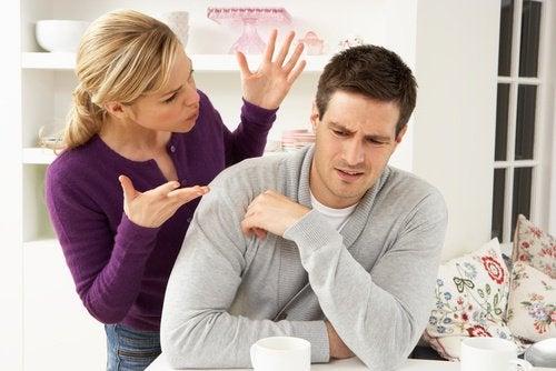 суперечка між чоловіком та жінкою