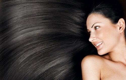 жінка з темним волоссям