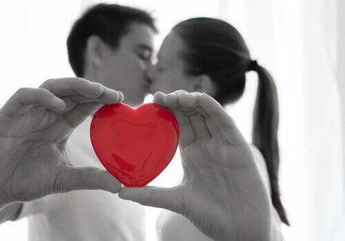 пара тримає руками серце