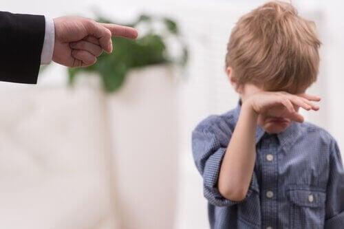 батьки сварять дитину