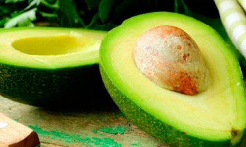кісточка авокадо та плоди авокадо