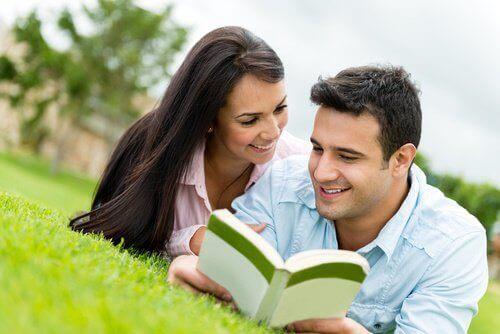 пара разом читає книжку