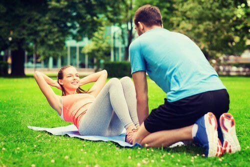 пара займається спортом у парку