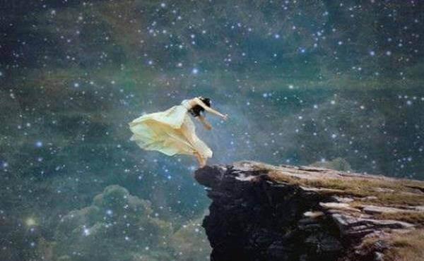 дівчина відлітає від краю скелі до зірок