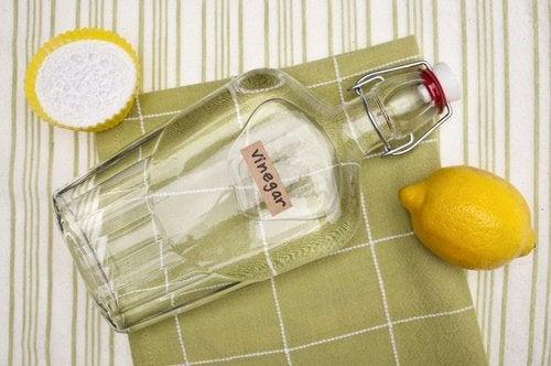 оцет допоможе видалити плями поту з білого одягу