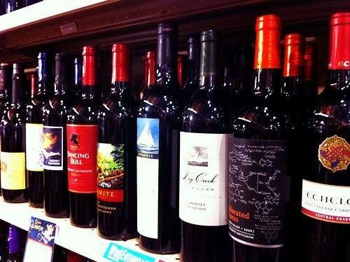 пляшки червоного вина