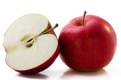 червоне яблуко розрізане навпіл