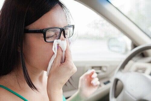дівчина чхає в машині у серветку