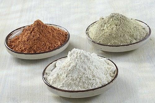три види глини в тарілках