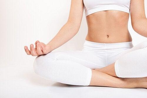 йога допомагає усунути біль в кістках