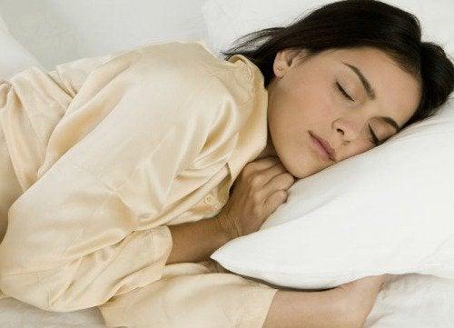 жінка спить на боці