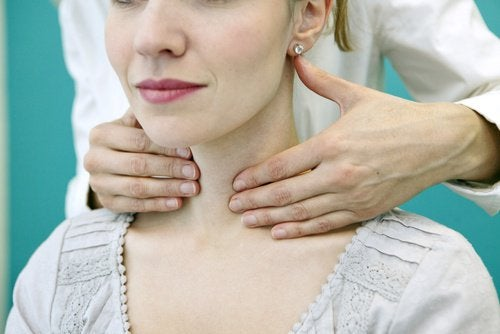 лікар виконує пальпацію щитоподібної залози