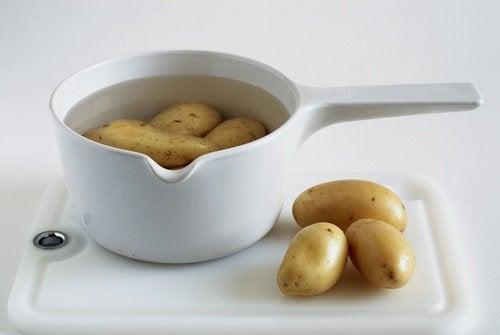 картопля у каструлі