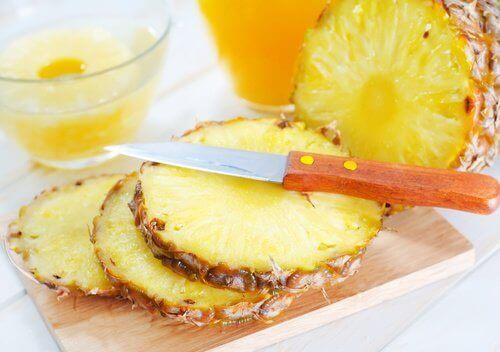 використовуйте ананасовий сік для усунення наростів на шкірі