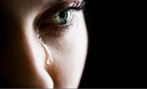 у жінки тіче сльоза