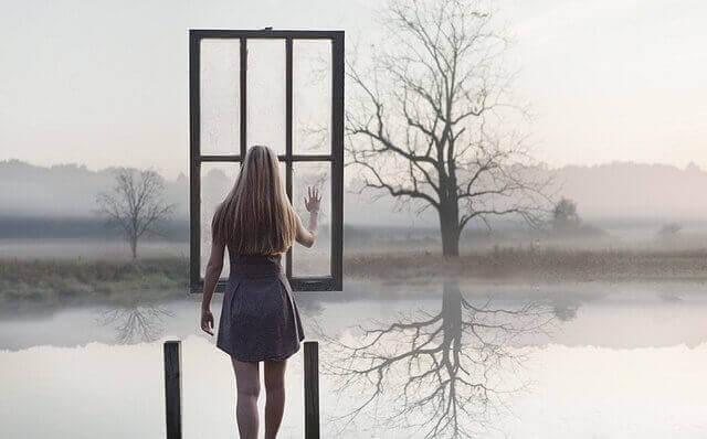 жінка перед вікном