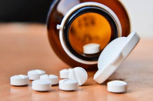 флакон та таблетки з аспірином