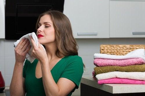 жінка нюхає білизну