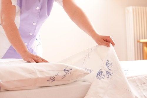 дезінфекція спальні - чистіть ліжко