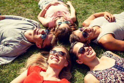 друзі лежать на траві
