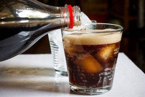 газований напій з льодом у склянці