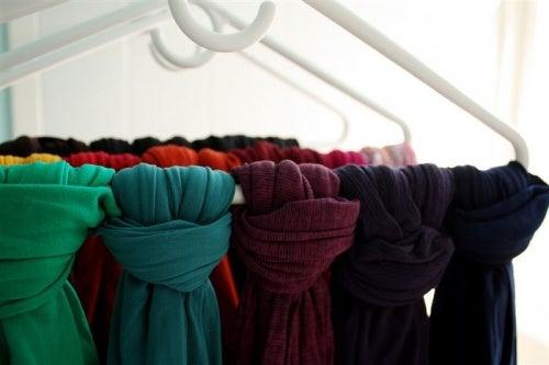 шарфи на вішаках