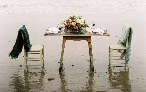 стіл у воді