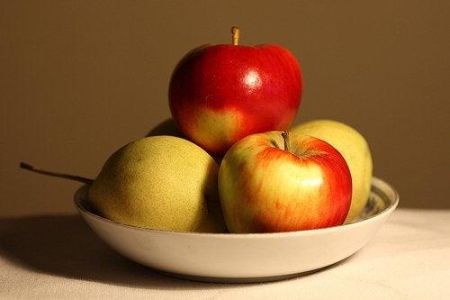 яблука в посудині
