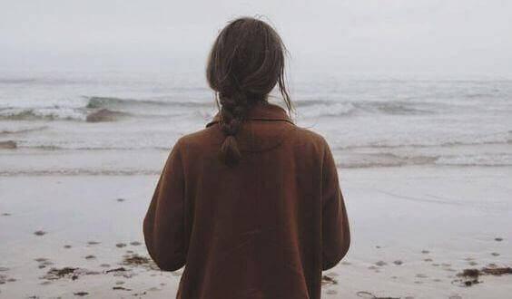дівчина дивиться на море