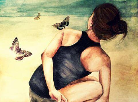 дівчина сидить і дивиться на метеликів