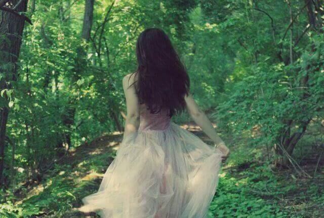 жінка у лісі, бути собою
