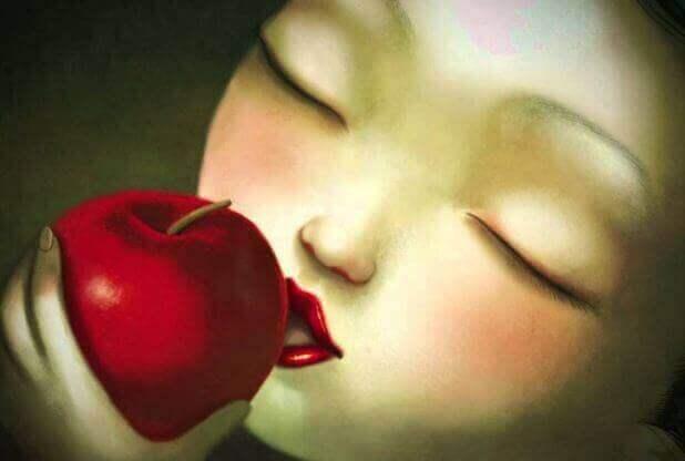 жінка з яблуком