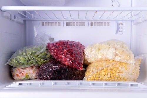 9 продуктів, які не варто зберігати в морозильній камері