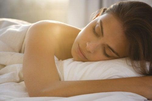 7 переваг спання голяка