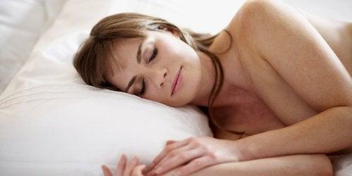 чому краще спати голим