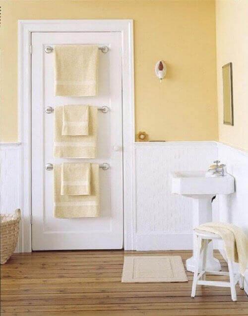 вішаки для одягу та рушників на дверях