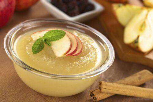 тарілка яблучного пюре