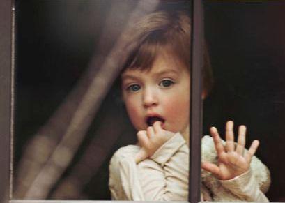 дитина дивиться у вікно